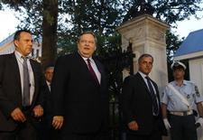 El presidente griego, Karolos Papoulias, continuará el martes las conversaciones para formar un Gobierno de coalición con todos los partidos, excepto la ultraderecha, que entró en el Parlamento tras las elecciones del 6 de mayo, informó el lunes la televisión estatal. En la imagen, el líder socialista del PASOK, Evangelos Venizelos (centro), abandona el palacio presidencial en Atenas después de una reunión, el 14 de mayo de 2012. REUTERS/John Kolesidis