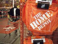 Мужчина выбирает товары в магазине Home Depot в Вашингтоне, 20 февраля 2012 года. Продажи Home Depot Inc в первом квартале 2012 года не дотянули до прогнозов из-за теплой зимы в США, побудившей многих домовладельцев взяться за ремонтные работы в этом году раньше чем обычно. REUTERS/Jonathan Ernst