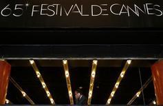 """La comedia dominará el miércoles la apertura del festival de cine de Cannes, con la fantasía infantil """"Moonrise Kingdom"""", de Wes Anderson, compitiendo por la atención de los medios mundiales con el caótico general Aladeen, alter ego de Sacha Baron Cohen. En la imagen, un hombre en un balcón en el Palacio Festival, la víspera de la apertura del 65 Festival de Cine de Cannes, el 15 de mayo de 2012. REUTERS/Christian Hartmann"""