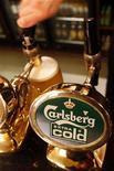 Логотип компании Carlsberg в пабе в центре Лондона, 10 января 2008 г. Пивоваренный концерн Carlsberg, основной акционер российской пивоваренной компании Балтика, выставил предложение о добровольном выкупе акций у миноритариев Балтики, сообщил концерн во вторник. REUTERS/Toby Melville
