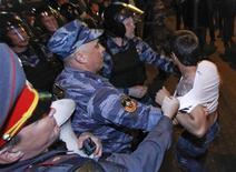 Сотрудники МВД задерживают участника акции протеста в Москве 8 мая 2012 года. Власти начали новую кампанию против недовольных, занявших московские бульвары на прошлой неделе по завершении полицейской облавы на противников Владимира Путина, с которой начался его третий срок в Кремле. REUTERS/Maxim Shemetov