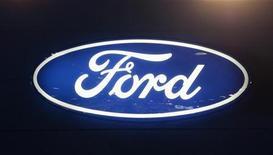 Логотип Ford Motor Company на автошоу в Дохе 27 января 2012 года. Рабочие российского завода Ford, расположенного во Всеволожске под Петербургом, собираются начать 1 июня бессрочную забастовку, каждый день которой может стоить компании до 450 невыпущенных машин. REUTERS/Fadi Al-Assaad