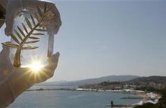 """<p>Una representación del premio Palma de Ooro en la víspera del Festival de Cine de Cannes, Francia, mayo 15 2012. La comedia dominará el miércoles la apertura del Festival de Cine de Cannes, con la fantasía infantil """"Moonrise Kingdom"""", de Wes Anderson, compitiendo por la atención de los medios mundiales con el caótico general Aladeen, alter ego de Sacha Baron Cohen. REUTERS/Christian Hartmann</p>"""