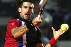 Novak Djokovic rebate bola durante jogo contra Bernard Tomic no Masters de Roma. REUTERS/Max Rossi