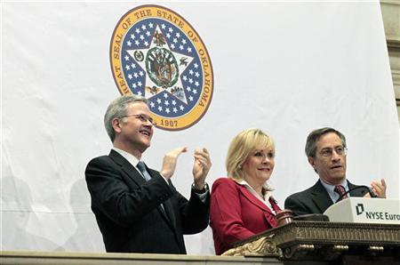 The Governor of Oklahoma, Mary Fallin (C) rings the opening bell at New York Stock Exchange with Jeffrey Eubank, (L) NYSE Vice President for Global Affairs, and Lawrence Leibowitz, (R) NYSE COO, August 18, 2011. REUTERS/Brendan McDermid