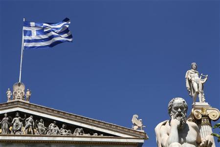 5月16日、6月の再選挙を控え、ユーロ圏にとどまれるかどうかの瀬戸際に立つギリシャで、銀行預金を引き出す動きが加速している。アテネで2010年7月撮影(2012年 ロイター/John Kolesidis)
