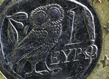 Изображение совы, перекочевавшее с монеты греческой драхмы на греческий вариант монеты номиналом 1 евро. Фотография сделана в Париже 15 февраля 2012 года. Германия хочет оставить Грецию в составе еврозоны, но Афины должны придерживаться соглашения, заключенного с международными кредиторами, сказал в среду представитель немецкого правительства. REUTERS/Mal Langsdon