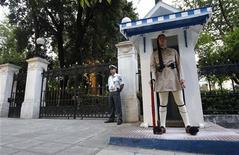 Grecia volverá a celebrar elecciones el 17 de junio, dijo una fuente del partido Izquierda Democrática después de que los líderes de la agrupación se reunieron el miércoles. En la imagen, un guardia presidencial griego en las afueras del palacio presidencial, el 14 de mayo de 2012 en Atenas. REUTERS/John Kolesidis