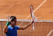 <p>El tenista suizo Roger Federer saluda al público tras vencer al argentino Carlos Berlocq en su encuentro del Masters 1000 de Roma, mayo 16 2012 .El tenista suizo Roger Federer se sobrepuso a molestias físicas y derrotó el miércoles por 6-3 y 6-4 al argentino Carlos Berlocq para acceder a la tercera ronda del Masters 1000 de Roma. REUTERS/Max Rossi</p>
