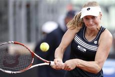 Екатерина Макарова отбивает мяч во время игры с Винус Уильямс на турнире в Риме, 16 мая 2012 г. Российские теннисистки Екатерина Макарова и Надежда Петрова завершили выступление на турнире в Риме на стадии второго круга, проиграв сестрам Уильямс. REUTERS/Max Rossi