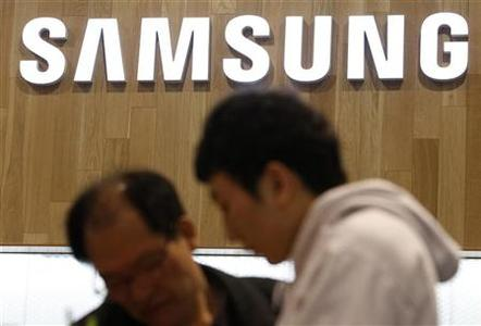 People shop at a Samsung Electronics store in the company's main office building in Seoul January 27, 2012. REUTERS/Kim Hong-Ji