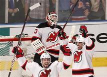 """Хоккеисты """"Нью-Джерси"""" радуются победе над """"Нью-Йорк Рейнджерс"""" в гостевой встрече, 16 мая 2012 года. """"Нью-Джерси"""" сумел в гостях нанести поражение """"Нью-Йорк Рейнджерс"""" со счетом 3-2, сравняв счет в финальной серии Восточной конференции. REUTERS/Mike Segar"""