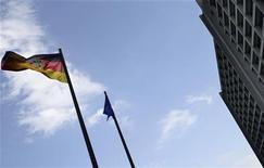Флаги Германии и Евросоюза развиваются перед зданием офиса Бундесбанка во Франкфурте-на-Майне, 2 мая 2011 года. Банки еврозоны сейчас в лучшей форме, чем до начала финансового кризиса, а немецкие банки подготовлены к ухудшению ситуации в Греции, сказал в интервью Рейтер член совета Бундесбанка. REUTERS/Kai Pfaffenbach