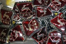 Логотипы ГАЗ на заводе в Нижнем Новгороде, 17 июня 2009 года. Крупнейший производитель легких коммерческих автомобилей в РФ Группа ГАЗ увеличил чистую прибыль по международным стандартам в четыре раза в 2011 году, более чем вдвое превзойдя собственный прогноз, благодаря росту продаж. REUTERS/Denis Sinyakov