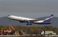 Самолет компании Аэрофлот Boeing 767-300 совершает посадку в аэропорту Владивостока, 6 октября 2010 г. Крупнейший российский авиаперевозчик Аэрофлот удвоил чистую прибыль по международным стандартам в 2011 году - показатель увеличился до $491 миллиона, сообщила компания в четверг. REUTERS/Yuri Maltsev
