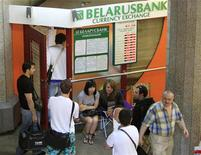 Люди стоят в очереди к обменному пункту Беларусбанка в Минске 7 июня 2011. Международный валютный фонд в четверг предупредил Белоруссию об угрозе еще одного финансового кризиса и призвал ее власти подтвердить приверженность реформам как условия нового кредита. REUTERS/Vasily Fedosenko