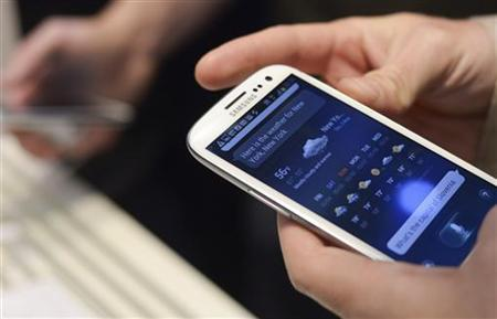 A man uses Samsung Electronics' new Samsung Galaxy SIII smartphone during its launch at The Earls Court Exhibition Centre in London May 3, 2012. REUTERS/Ki Price