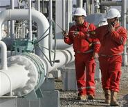 Рабочие Лукойла проверяют трубы на газовом месторождении Хаузак в Узбекистане 29 ноября 2007 года. Узбекистан в 2012 году вслед за Туркменией хочет присоединиться к газопроводу в Китай, пролегающему по территории трех стран Центральной Азии, диверсифицировав маршруты экспорта природного газа, сказал генеральный директор компании Узтрансгаз Тулаган Жураев. REUTERS/Sergei Karpukhin