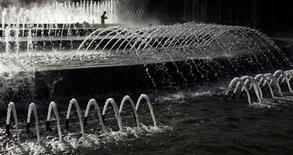 Фонтаны около Киевского вокзала в Москве, 23 мая 2007 года. Наступающие выходные в Москве будут жаркими, ожидают синоптики. REUTERS/Denis Sinyakov