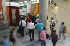 """Люди в очереди в пункт обмена валюты Беларусьбанка в Минске 23 мая 2011 года. Прогноз для белорусской банковской системы остается """"негативным"""", отражая прежде всего сохраняющиеся сложные макроэкономические условия страны, говорится в новом докладе рейтингового агентства Moody's. REUTERS/Vladimir Nikolsky"""