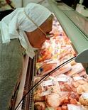 Пожилая женщина смотрит на прилавок с мясом в супермаркете в Киеве 20 сентября 2000 года. Рост пенсий и социальных выплат, обещанный президентом Украины в год парламентских выборов, не грозит всплеском инфляции, а, напротив, даст импульс экономике, рост которой замедлился из-за падения спроса на экспорт, заявил вице-премьер Сергей Тигипко в пятницу. REUTERS/Stringer