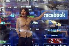 Repórter fala sobre IPO do Facebook na bolsa de valores Nasdaq, em Nova York.Investidores estão se preparando para a estreia do Facebook em Wall Street nesta sexta-feira. 17/02/2012 REUTERS/Keith Bedford