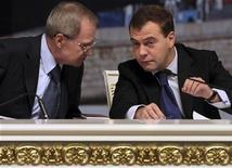 Президент России (с 2012 года - премьер-министр) Дмитрий Медведев, справа, разговаривает с председателем Конституционного суда Валерием Зорькиным на совещании в Кремле 12 декабря 2008. Фракция партии президента Владимира Путина в Госдуме отложила назначенное на пятницу первое чтение и пообещала смягчить законопроект, радикально усложняющий организацию захлестнувших столицу уличных протестов и вводящий миллионные штрафы, а Конституционный суд исключил из поводов к ним неожиданный наплыв митингующих. REUTERS/Pool/Natalia Kolesnikova
