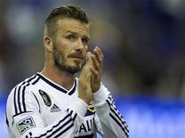 David Beckham, do LA Galaxy, aplaude a torcida após final da partida contra o Montreal Impact, em Quebéc. Beckham reagiu às insinuações de que poderá ser convocado para a seleção olímpica britânica para os Jogos de Londres apenas por ser uma celebridade, e não por seus méritos.12/05/2012 REUTERS/Christinne Muschi