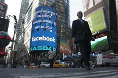 Monitor mostra mensagem de boas-vindas ao Facebook no índice Nasdaq antes do sino de abertura do pregão em Nova York. Investidores estão se preparando para a estreia do Facebook em Wall Street nesta sexta-feira, após a maior rede social do mundo ter levantado cerca de 16 bilhões de dólares em uma das maiores ofertas públicas iniciais (IPO, em inglês) da história dos Estados Unidos. 18/05/2012 REUTERS/Keith Bedford