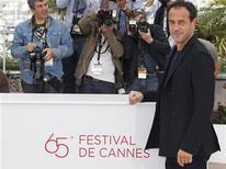 """Diretor Matteo Garrone posa para fotógrafos na chamada do filme """"Reality"""", que participa da competição, no 65º Festival de Cinema de Cannes. 18/05/2012 REUTERS/Vincent Kessler"""