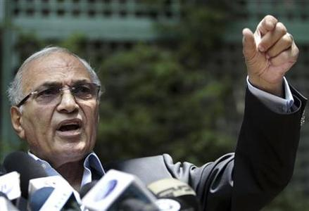 Former Prime Minister and presidential candidate Ahmed Shafiq talks during a news conference in Cairo, May 14, 2012. REUTERS/Amr Abdallah Dalsh