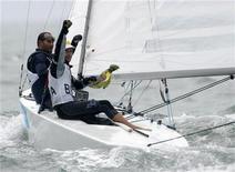 Robert Scheidt comemora ao lado de Bruno Prada a conquista da medalha de prata na Classe Star nos Jogos de Pequim-2008. REUTERS/Pascal Lauener