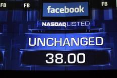 Monitores exibem o valor da ação do Facebook antes do sinal de fechamento no Nasdaq, em Nova York, nesta sexta-feira. 18/05/2012 REUTERS/Keith Bedford