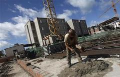 """Pedreiro trabalha na construção de um edifício do projeto """"Minha Casa, Minha Vida"""" em Olinda, Pernambuco, em 2010. 07/05/2010 REUTERS/Bruno Domingos"""