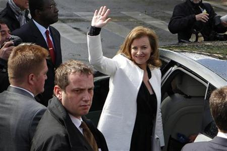 Valerie Trierweiler, the companion of France's new President Francois Hollande, waves to supporters as she leaves after a traditional ceremony at Paris city hall on the day of Hollande's investiture in Paris May 15, 2012. REUTERS/Stephane Mahe