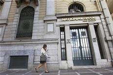 Una eventual salida de Grecia de la zona euro por los problemas financieros que afronta la nación mediterránea podría tener un impacto mayor que la quiebra del banco Lehman Brothers en 2008, que desató una recesión global, dijo el viernes un ex banquero central mexicano. En la imagen, una mujer pasa junto a la sede del Banco Nacional de Grecia el Atenas el 20 de abril de 2012. REUTERS/John Kolesidis