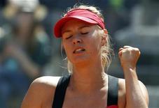 A russa Maria Sharapova reage após completar um ponto contra a alemã Angelique Kerber durante a partida individual no Aberto de Roma, 19 de maio de 2012. REUTERS/Alessandro Bianchi