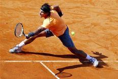 O espanhol Rafael Nadal devolve a bola a seu compatriota David Ferrer durante uma partida de tênis no campeonato Roman Masters, 19 de maio de 2012. REUTERS/Giampiero Sposito
