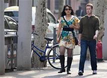 O presidente-executivo do Facebook, Mark Zuckerberg (direita), e sua então namorada, Priscilla Chan, caminham próximo a Fuxing Road em Xangai, 27 de março de 2012. Zuckeberg casou-se com sua namorada Priscilla Chan no sábado, anunciando as núpcias através de uma atualização de status no site de relacionamento social. REUTERS/Stringer