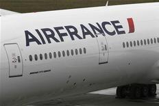 <p>Air France prévoit un accroissement du temps de travail et un plan de départs volontaires concernant 5.000 postes d'ici à 2015, sans licenciements secs, selon Le Figaro.fr. Une porte-parole de la compagnie a toutefois affirmé que les discussions en cours avec les syndicats ne concernaient pas les emplois à ce stade. /Photo d'archives/REUTERS/Marcus R Donner</p>