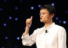 <p>Le directeur général du groupe chinois de commerce en ligne Alibaba, Jack Ma, va racheter une participation de 20% que détient Yahoo dans sa société, ce qui pourrait lui permettre d'accélérer sa marche vers une introduction en Bourse, ont annoncé lundi les deux groupes. /Photo d'archives/REUTERS/Steven Shi</p>