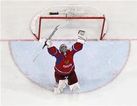 Голкипер сборной России Семён Варламов радуется победе в чемпионате мира по хоккею в Хельсинки, 20 мая 2012 года. Российская сборная одолела в воскресенье словаков со счетом 6-2 и в третий раз за последние пять лет стала чемпионом мира по хоккею. REUTERS/Grigory Dukor