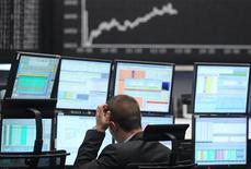 Трейдер работает в торговом зале Франкфуртской фондовой биржи, 7 мая 2012 года. Европейские рынки акций открылись снижением котировок. REUTERS/Alex Domanski