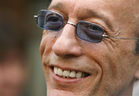 Robin Gibb of the Bee Gees watches the unveiling of a green plaque on the front of a building, in central London in this May 10, 2008 file photo. REUTERS/Luke MacGregor/Files