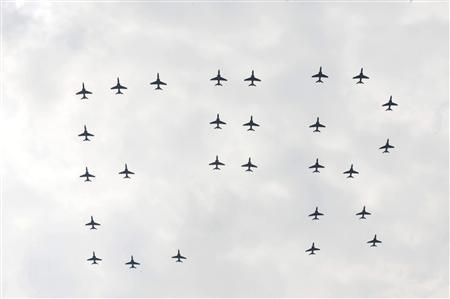 Royal Air Force jets form the initials ''ER'' during a flypast during Queen Elizabeth's Diamond Jubilee Armed Forces Parade and Muster in Windsor, England May 19, 2012. REUTERS/Dave Jenkins/MoD/Crown Copyright/Handout
