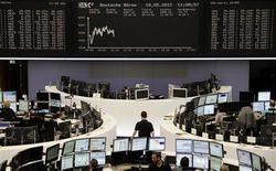 Трейдеры работают в зале Франкфуртской фондовой биржи, 18 мая 2012 г. Европейские фондовые рынки растут, отдаляясь от пятимесячного минимума, в основном благодаря акциям автопроизводителей. REUTERS/Stringer.