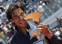 Rafael Nadal, da Espanha, posa com troféu após vencer a final contra Novak Djokovic, da Sérvia, no Masters de Roma. 21/05/2012
