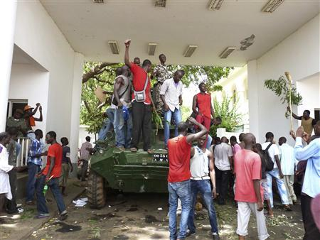 Protesters occupy Mali's presidential palace in the capital Bamako, May 21, 2012. Hundreds of protesters entered Mali's presidential palace unopposed on Monday and said they would remain there until interim civilian president Dioncounda Traore resigned, a Reuters witness said. The protesters tore up images of Traore and called for him to be replaced by Captain Amadou Sanogo, the officer who led the March 22 military coup, the witness said. REUTERS/Adama Diarra