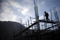 <p>Les valeurs cycliques et de groupes de construction sont à suivre à la Bourse de Paris après la décision de la Chine d'accélérer ses projets d'investissements dans les infrastructures afin d'enrayer le ralentissement de la croissance du pays, comme le rapporte le journal China Securities Journal citant des sources gouvernementales. /Photo prise le 23 avril 2012/REUTERS/Carlos Barria</p>
