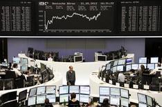 Трейдеры работают в торговом зале биржи во Франкфурте-на-Майне, 21 мая 2012 года. Европейские рынки акций открылись ростом котировок. REUTERS/Remote/Kirill Iordansky